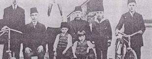 Мушки укућани породице Дева, фотографисани у Косовској Митровици, пред Први светски рат_