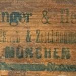 Детаљ са полеђине слепог рама, печат минхенске фирме Шахингер и Херман (Schachinger & Herrmann)