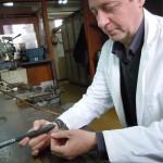 Poliranje bronzanog predmeta iz  Zbirke rimskog carskog perioda