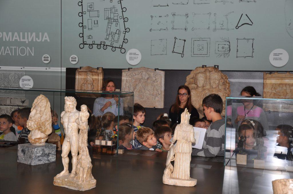 Laza mališanima objašnjava mit o boginji Ateni